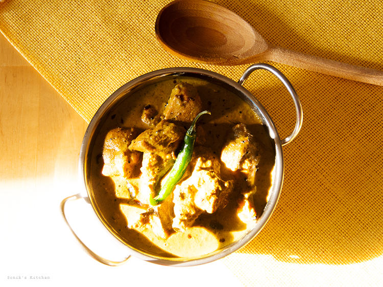 Green Chilli Chicken Curry/ Pacha Mulaku Aracha Kozhi Curry